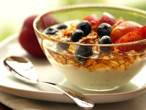 Foto: desayuno con lácteos, frutas y cereales