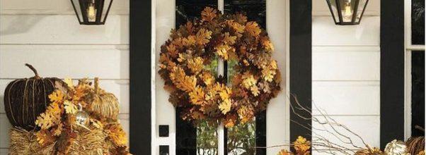 Hermosas puertas decoradas en otoño